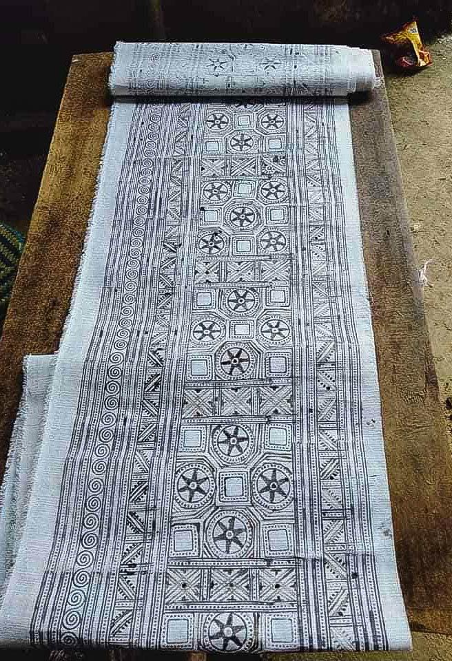 Vẽ khăn trải bàn thổ cẩm