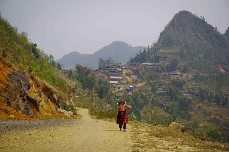 lo lo village behind lung cu flag