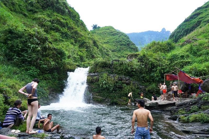 Tham Luong waterfall near du gia homestay
