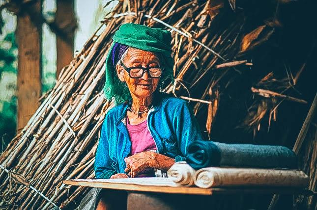 Bà cụ người Mông đang làm thảm treo tường