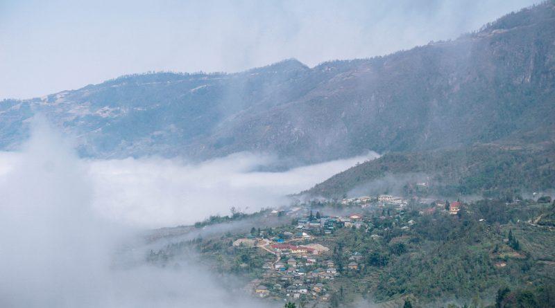 Thị trấn Y Tý chiềm ngập trong sương sớm