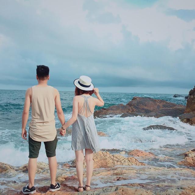 Tạo dáng chụp ảnh đi biển kiểu sau lưng