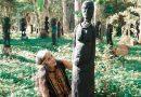một người nghệ nhân bên tượng gỗ tây nguyên